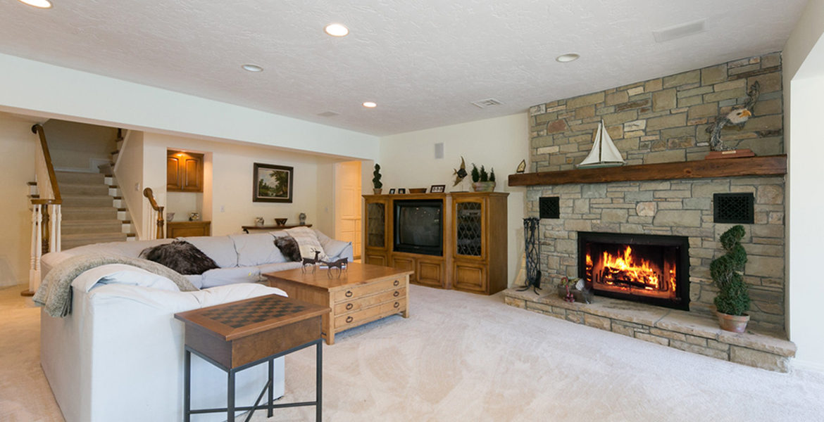 716-oak-point-familyroom