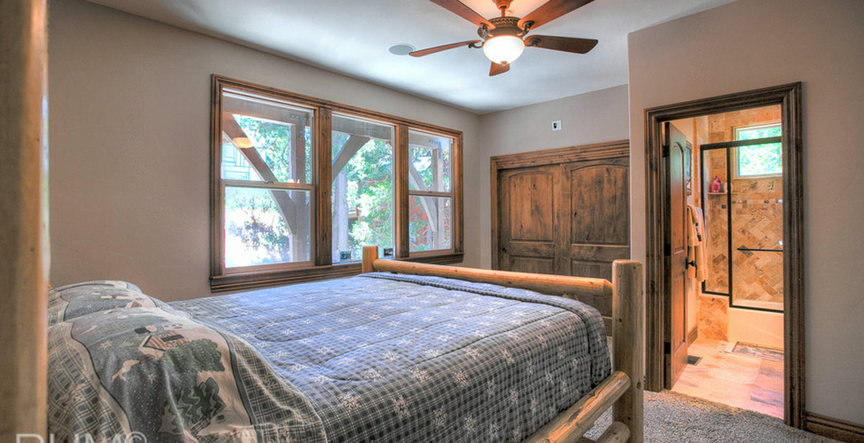 964-teakwood-bedroom3