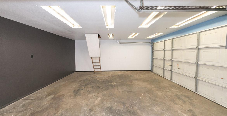 22989-pine-lane-garage