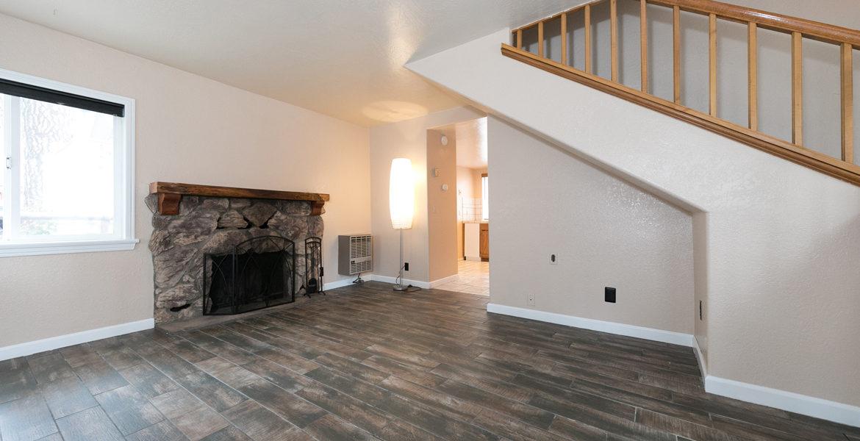 22989-pine-lane-livingroom